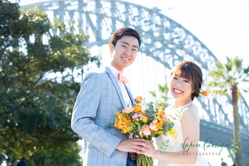 シドニーのハーバーブリッジと一緒にハネムーン記念写真